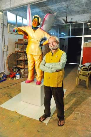 Gulamohammed Sheikh with his sculpture on Khakhar at his studio